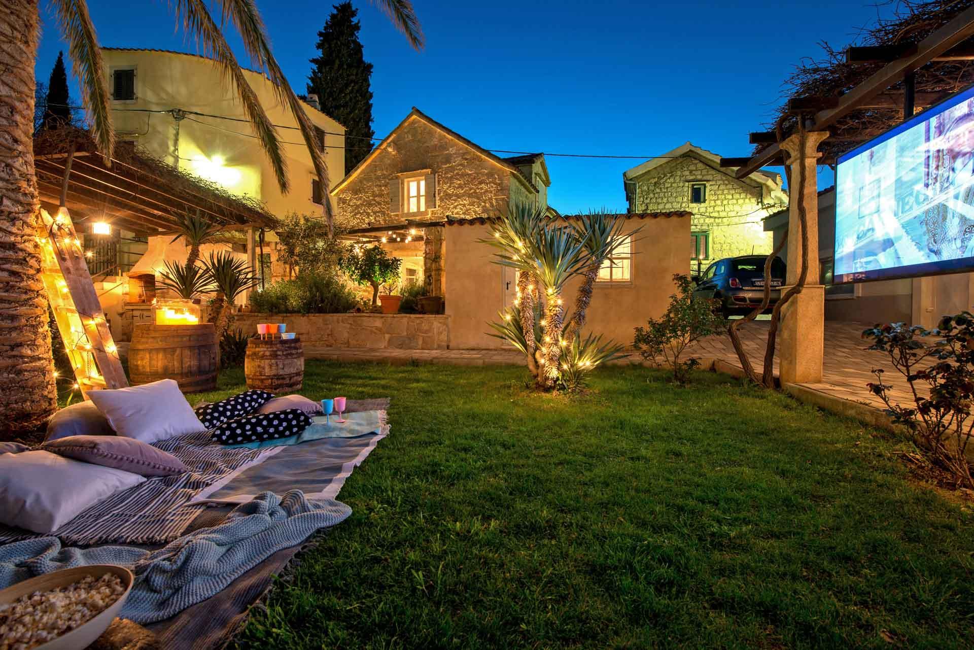 Vila za odmor sa bazenom,  vanjsko dvorište sa televizijom i ležištem