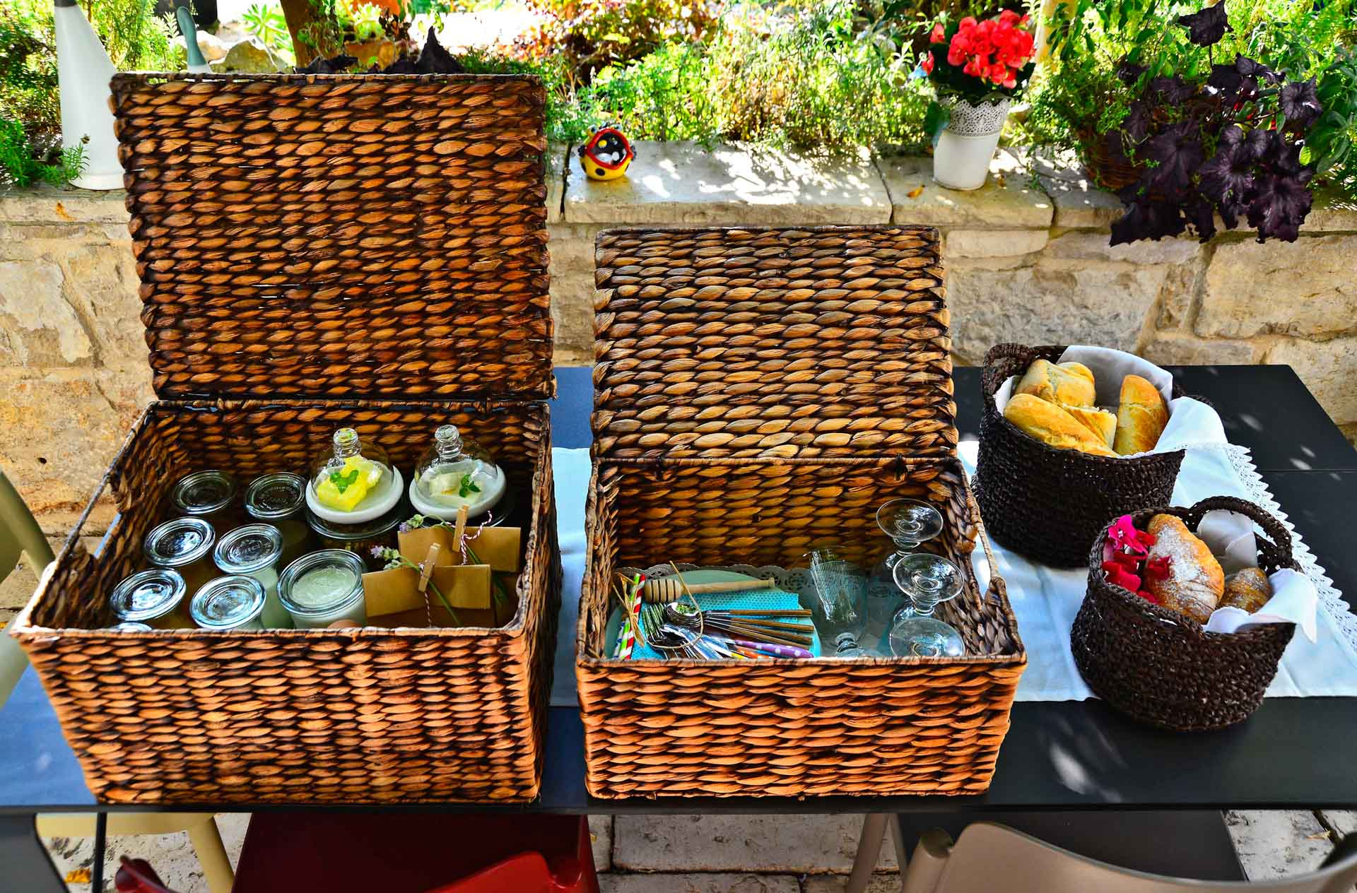 Vila za odmor sa bazenom, stol s ukrasnim čašama