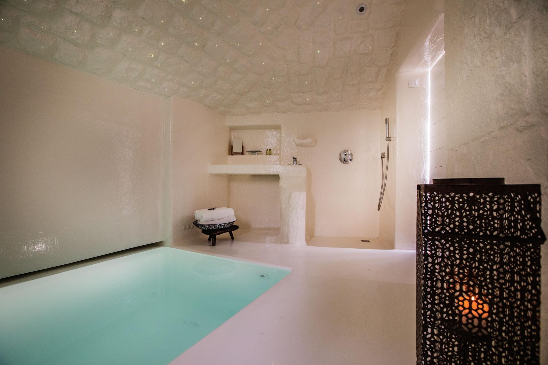Vila za odmor s bazenom, unutarnji bazen s tušem