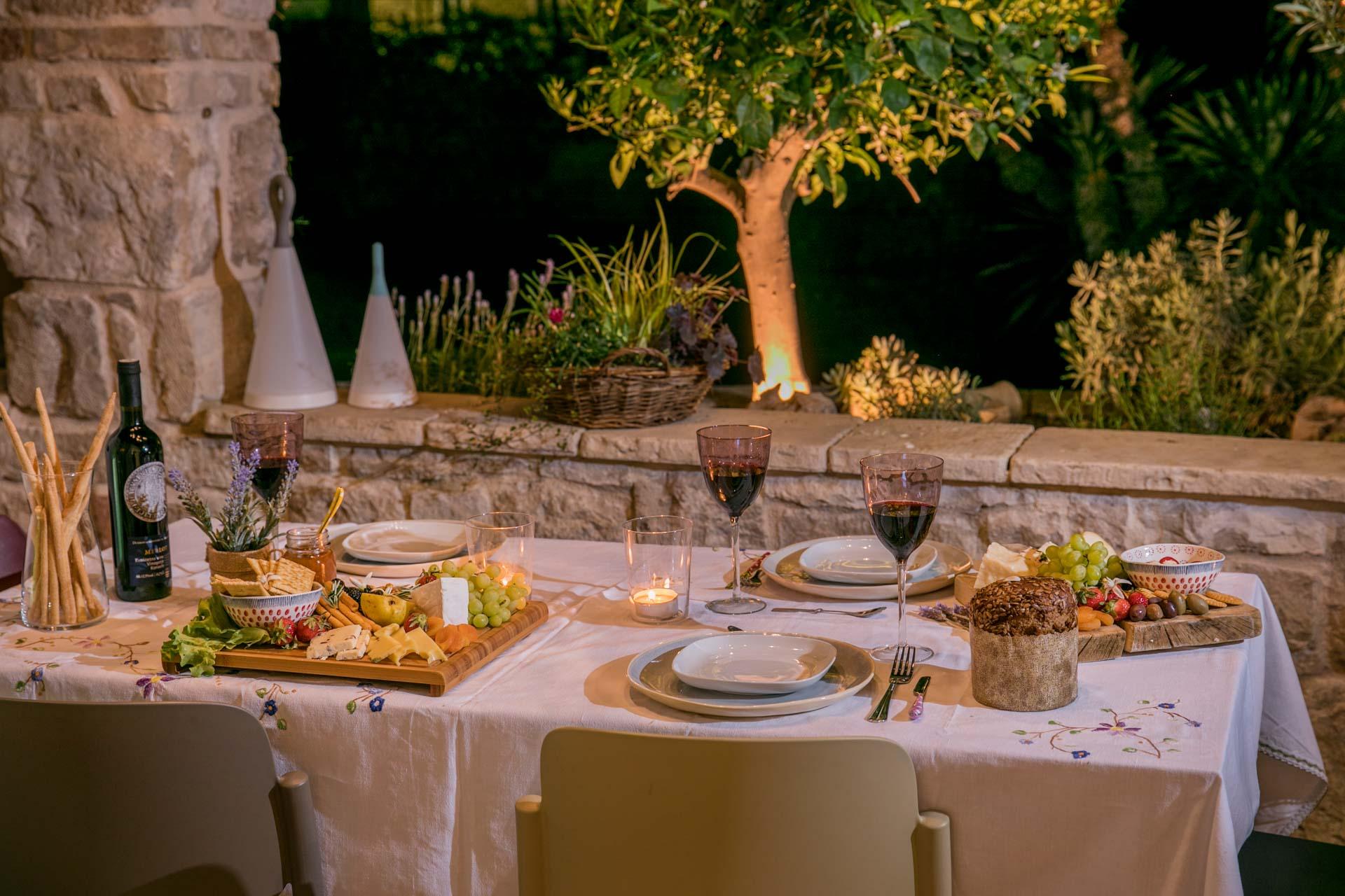 Vila za odmor s bazenom, stol sa čašama vina