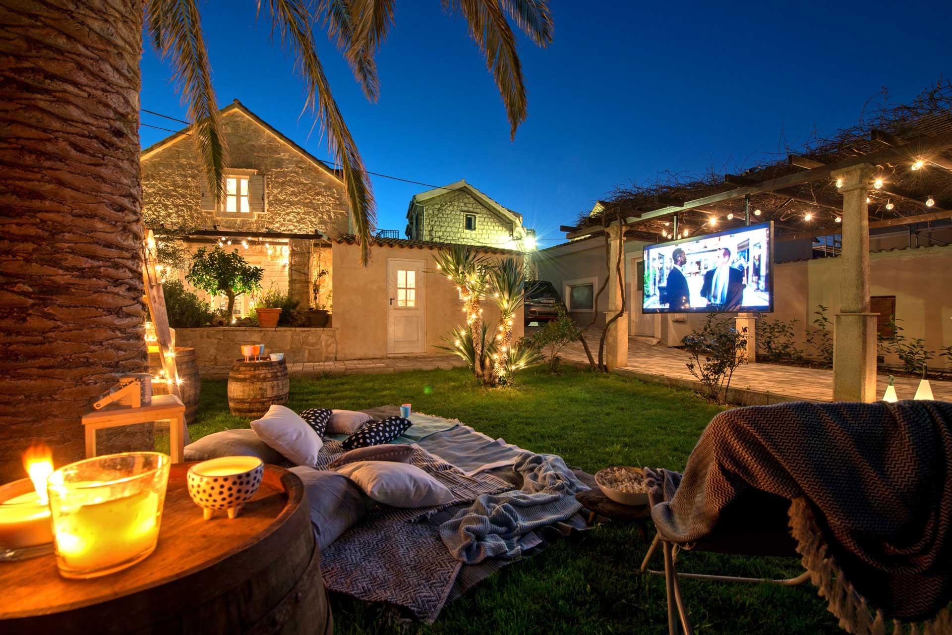 Vila za odmor s bazenom, vanjsko dvorište osvijetljeno sviječama sa televizijom