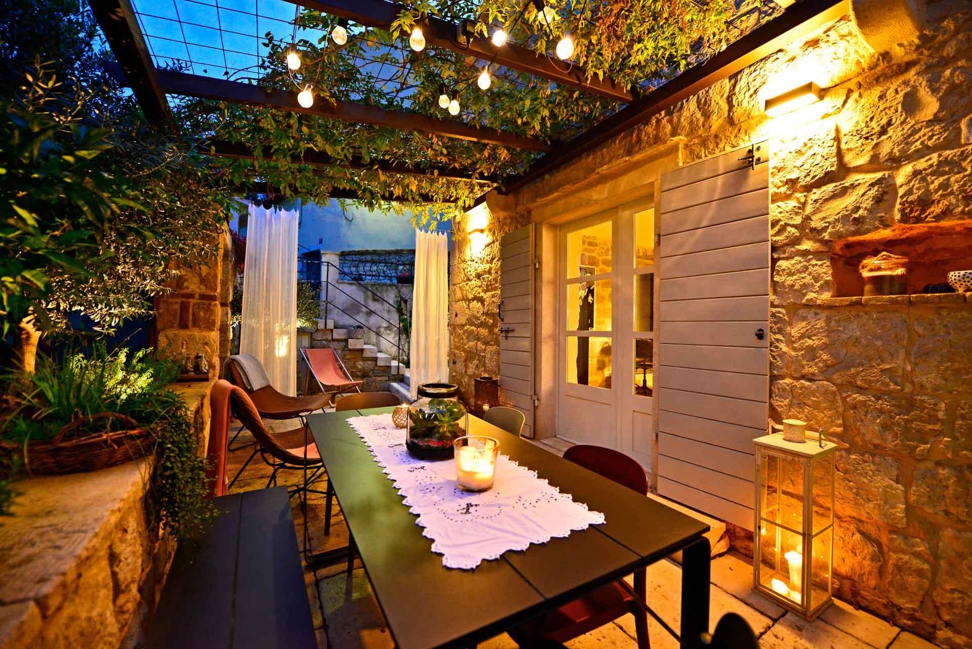 Vila za odmor s bazenom, lijepo uređena terasa