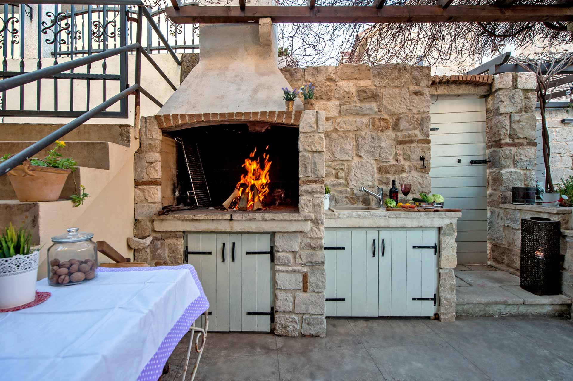 Vila za odmor s bazenom, vanjska kuhinja sa roštiljem