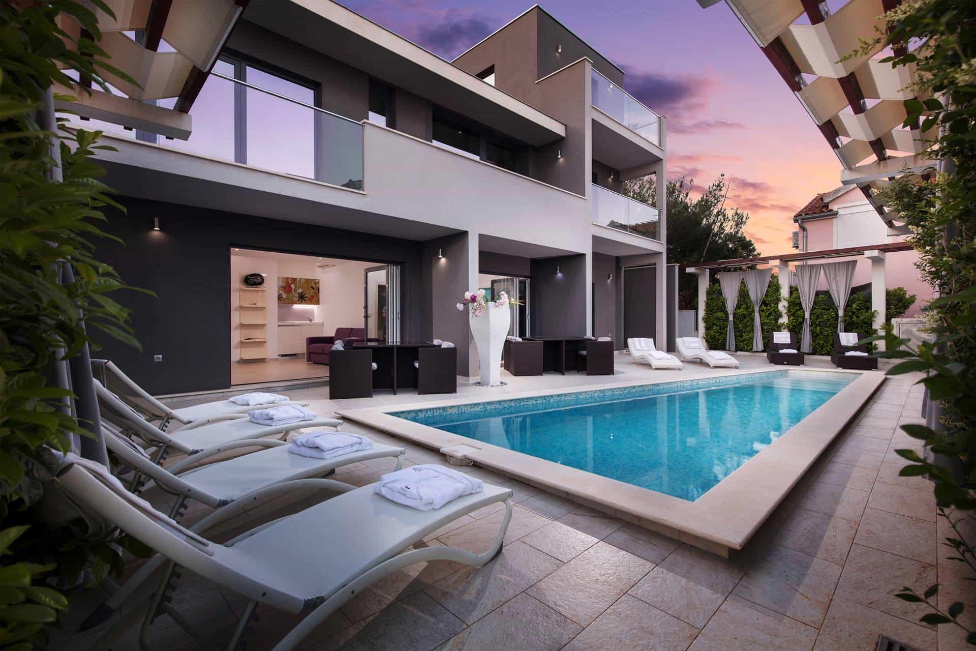 Komforna vila s bazenom, luksuzno namješetna