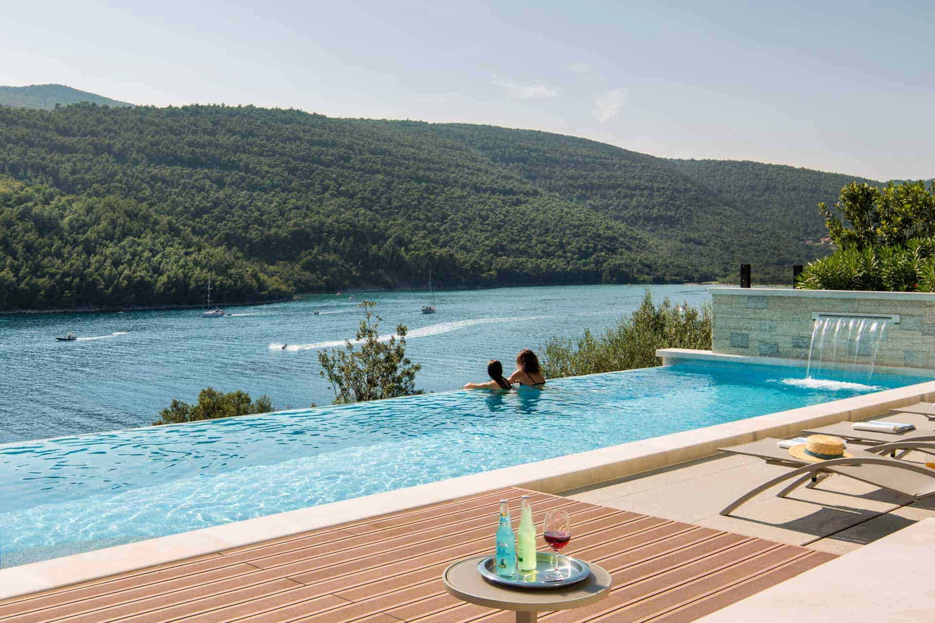Prekrasna vila s bazenom, na samom moru