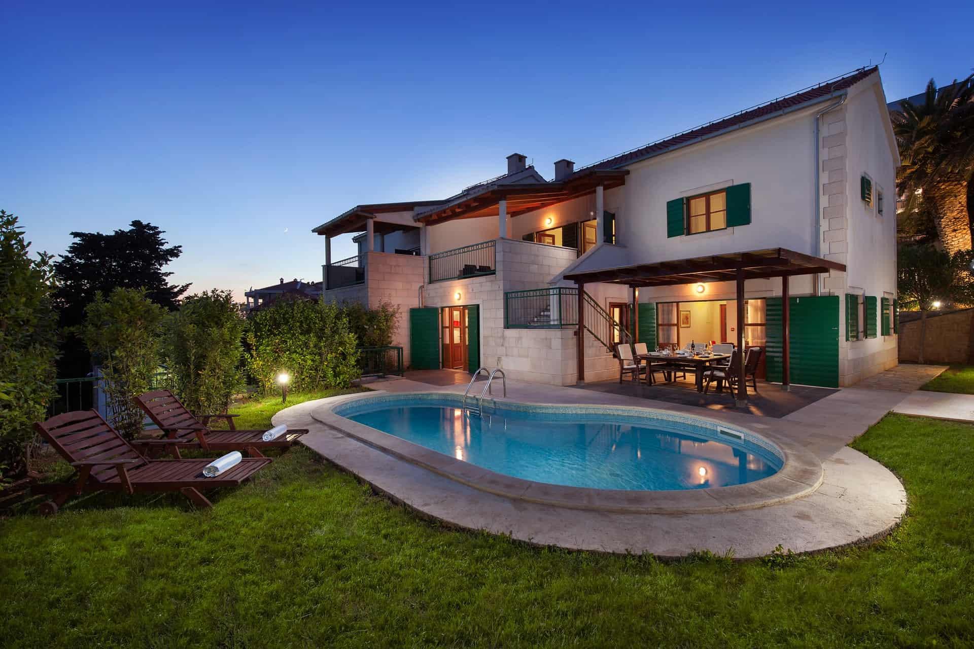 Villa mit Pool, 80 m vom schönen Strand entfernt