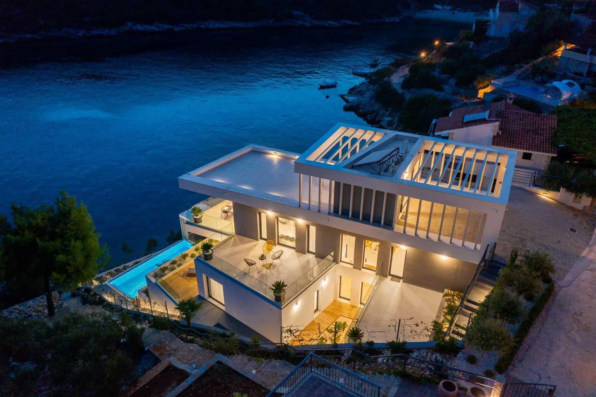 Moderna vila na plaži  s infinity bazenom