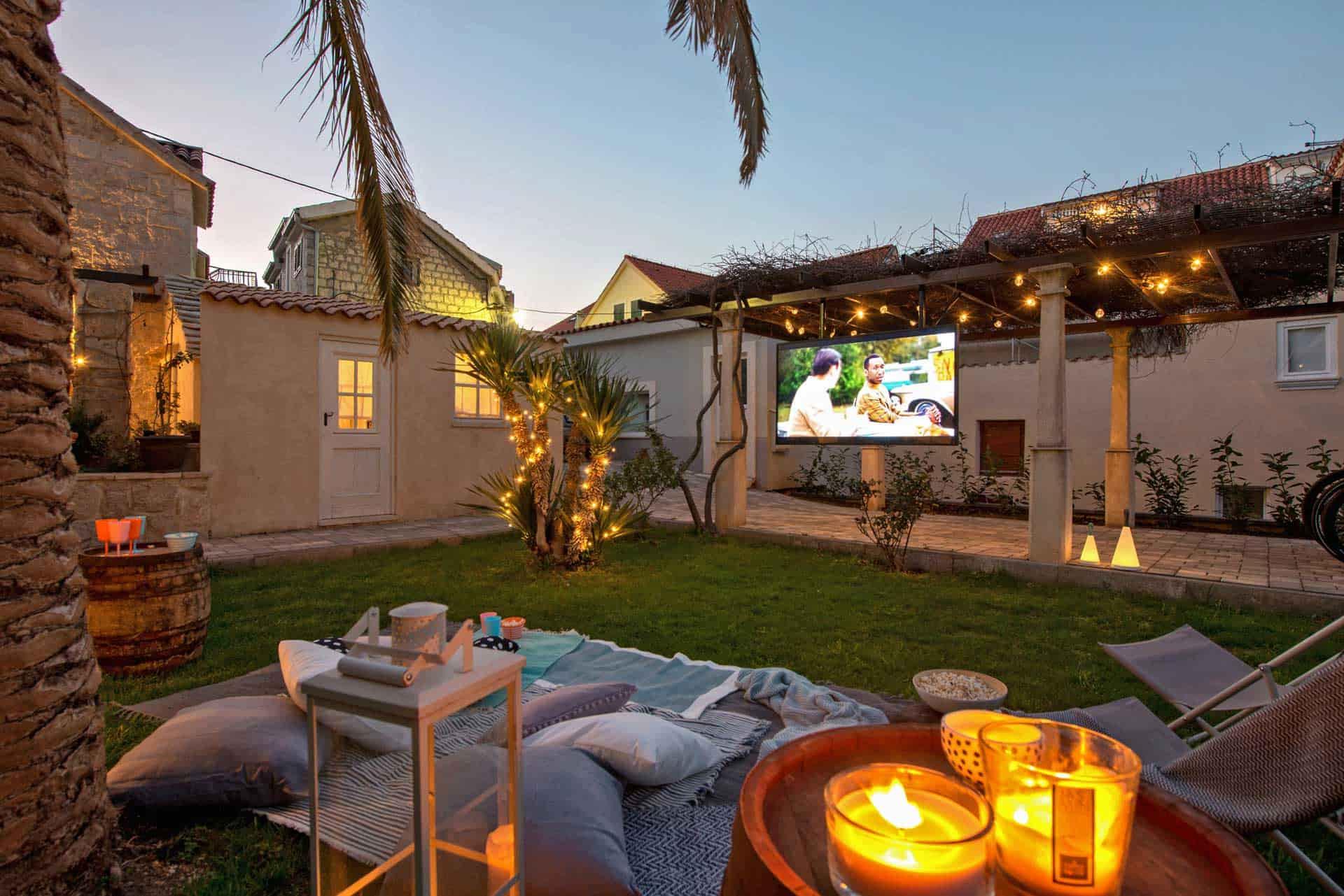 Vila za odmor s bazenom, vanjski vrt osvijetljen sviječama sa televizijom