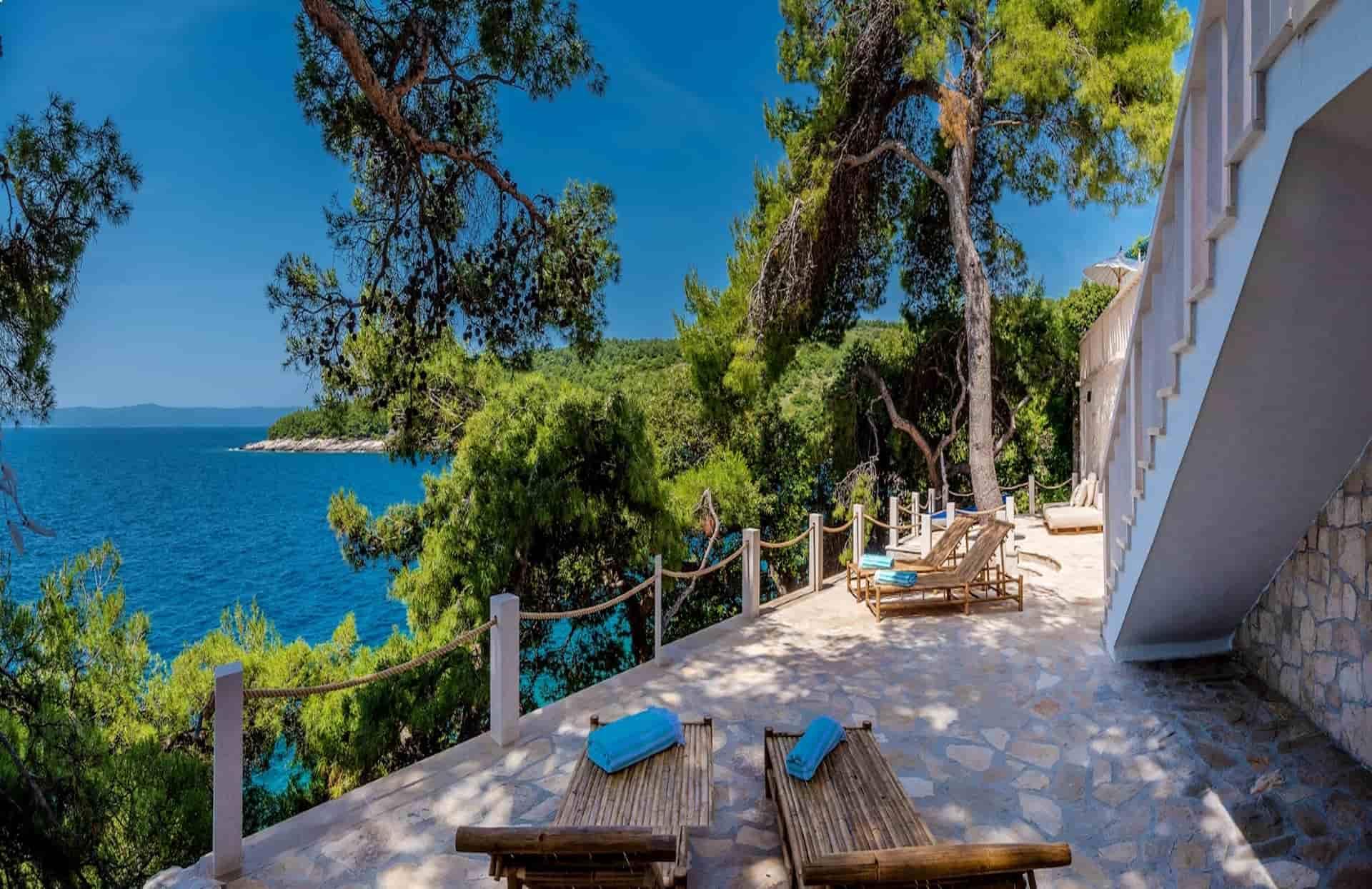 Vila na plaži okružena prekrasnom prirodom
