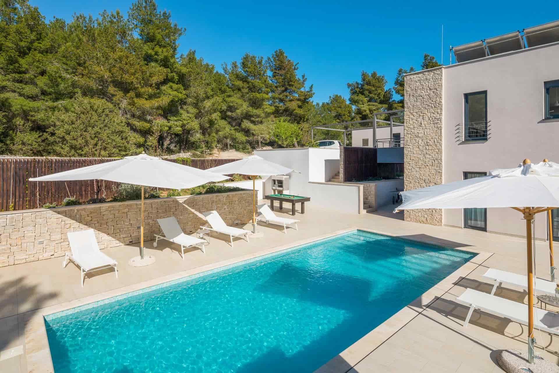 Moderna vila s bazenom, 60 metara od mora