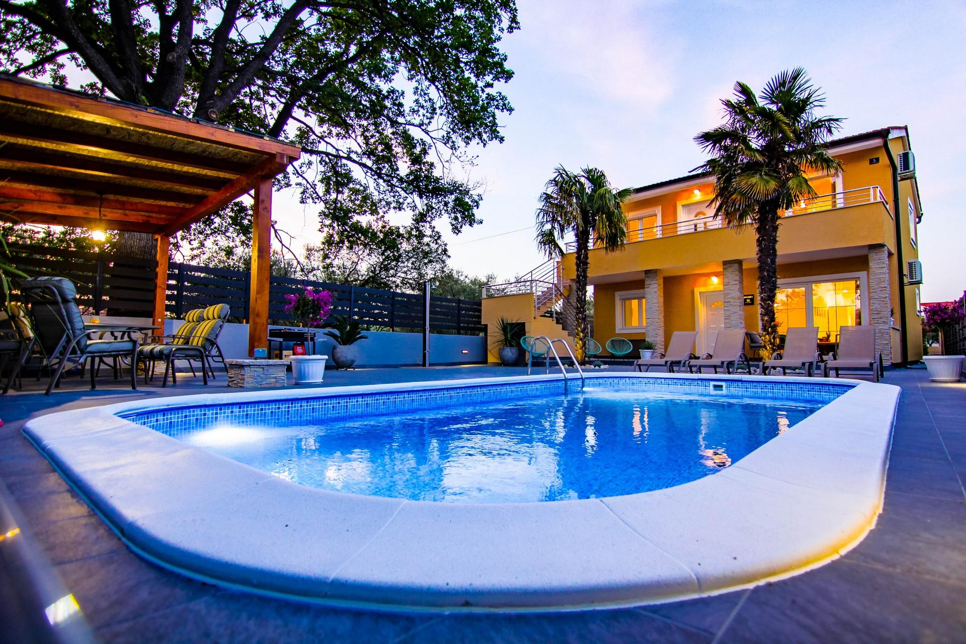 Villa s bazenom i prostranim dvorištem