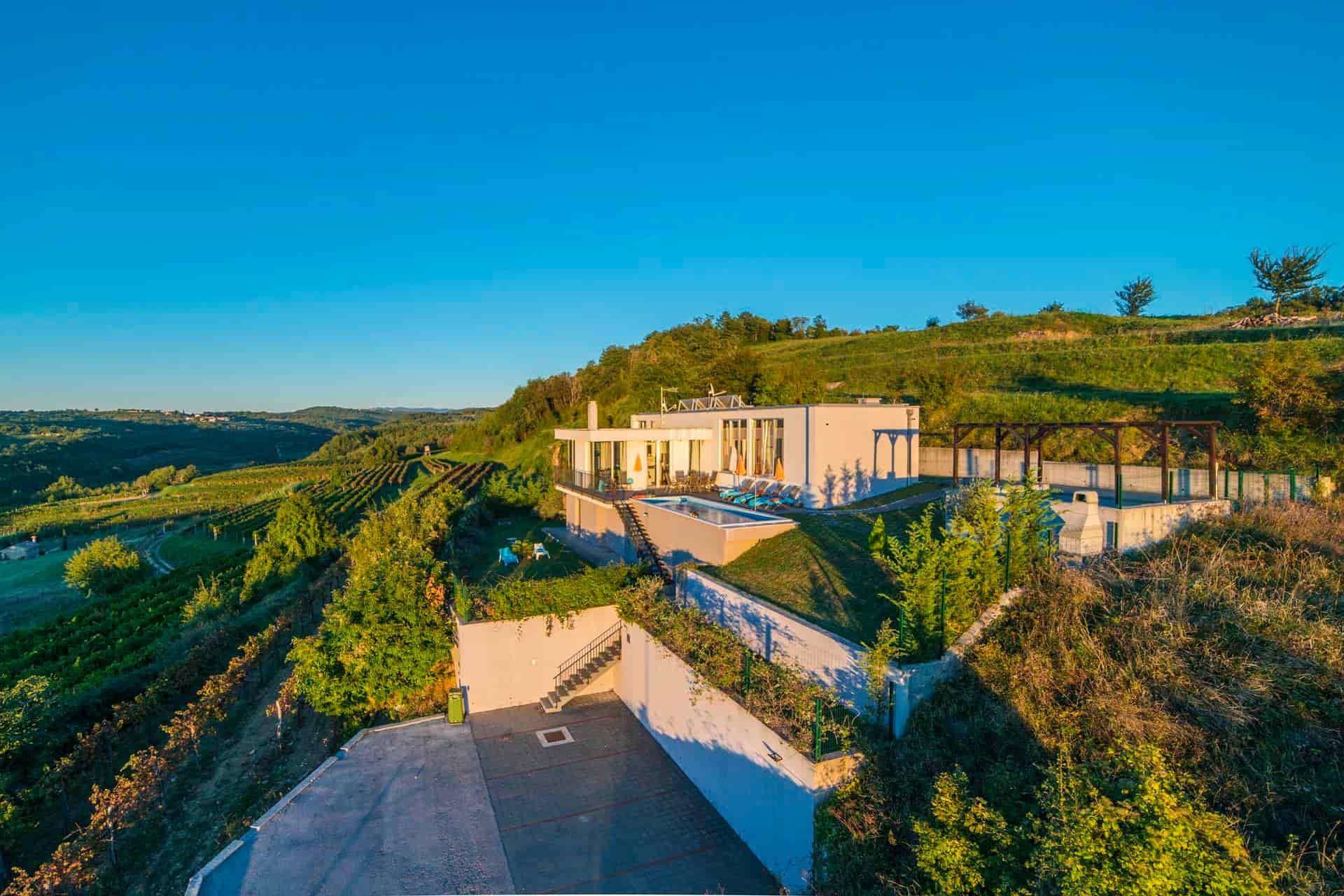 Villa s bazenom i saunom, u prekrasnoj prirodi