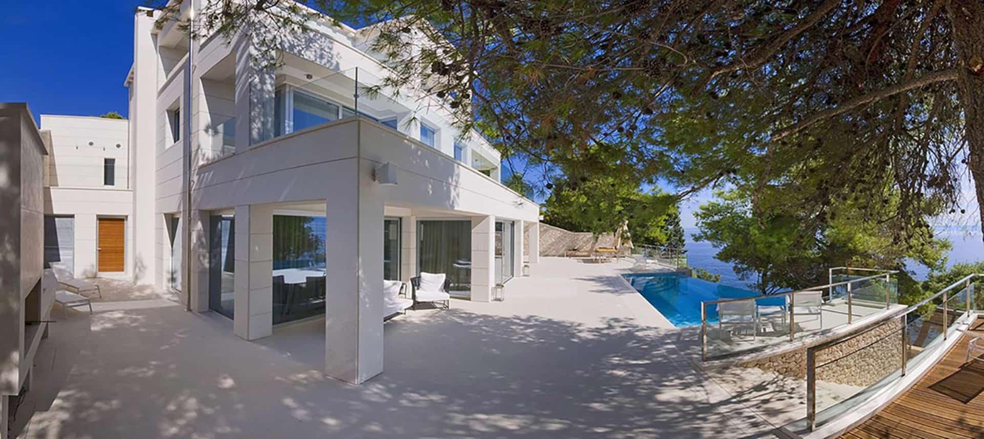 Luksuzna vila  s bazenom kraj mora