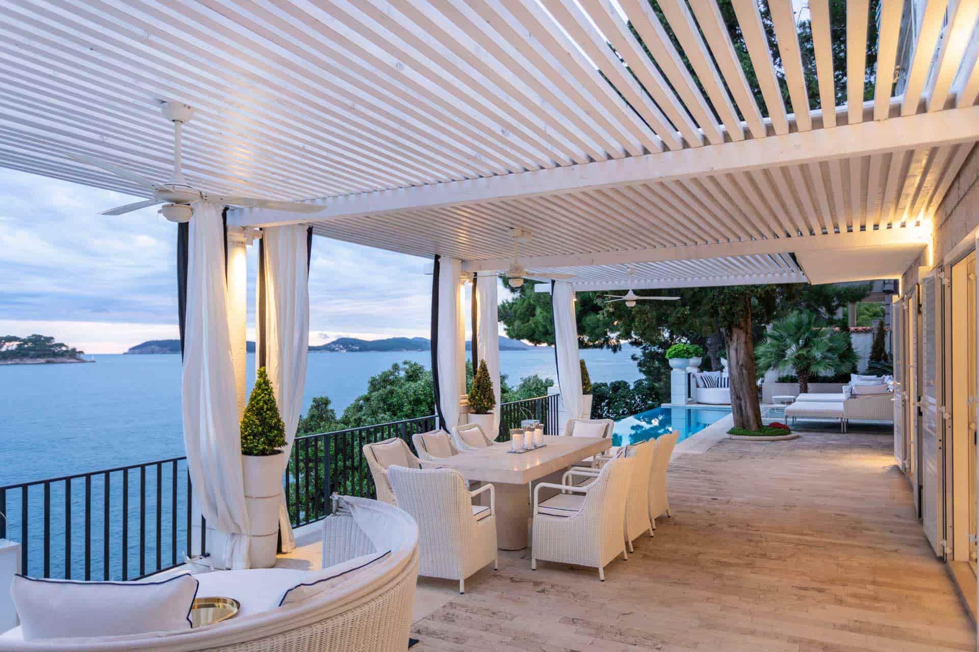 Mediteranska vila s bazenom, kraj mora