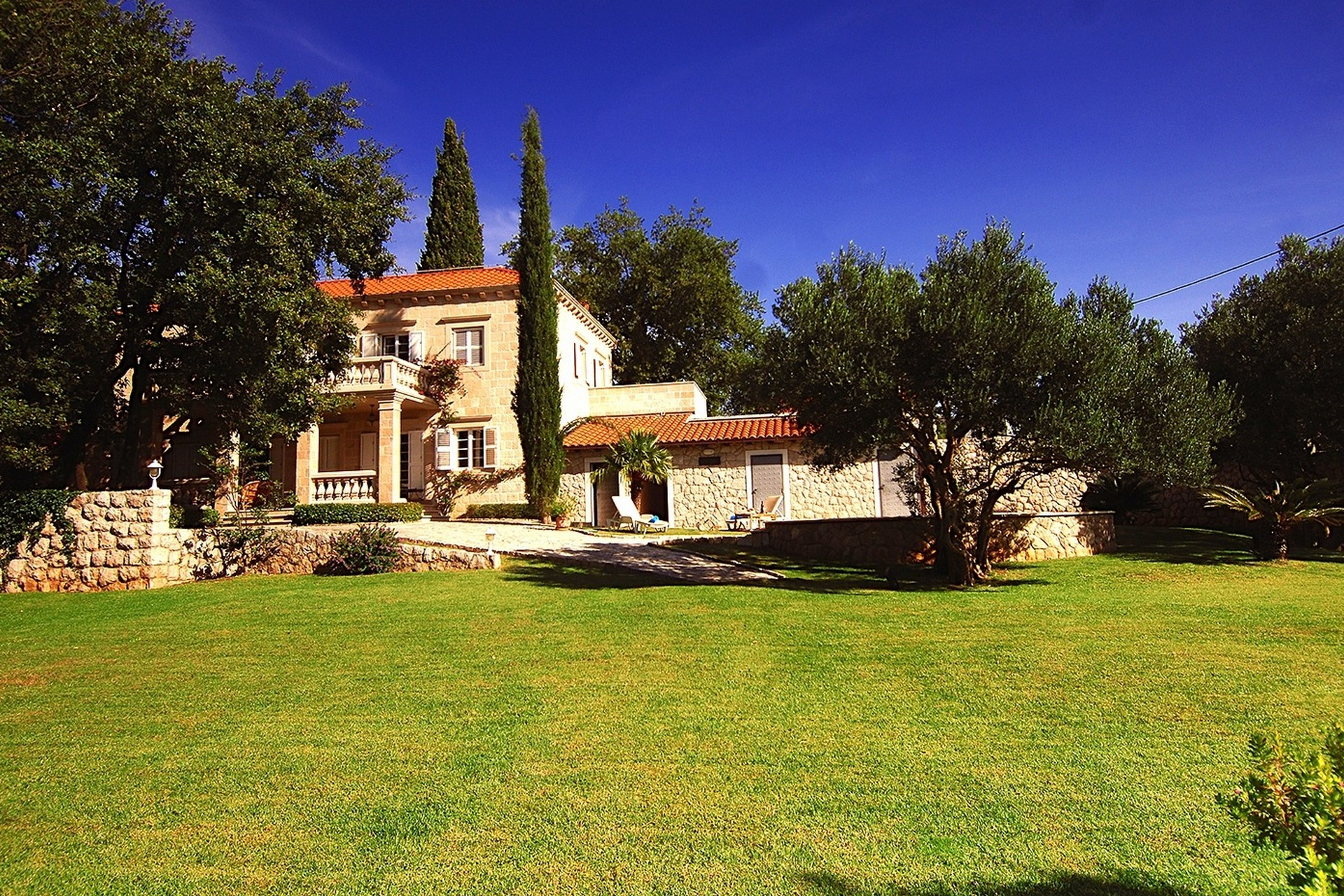 Villa mit Pool und mediterranem Garten