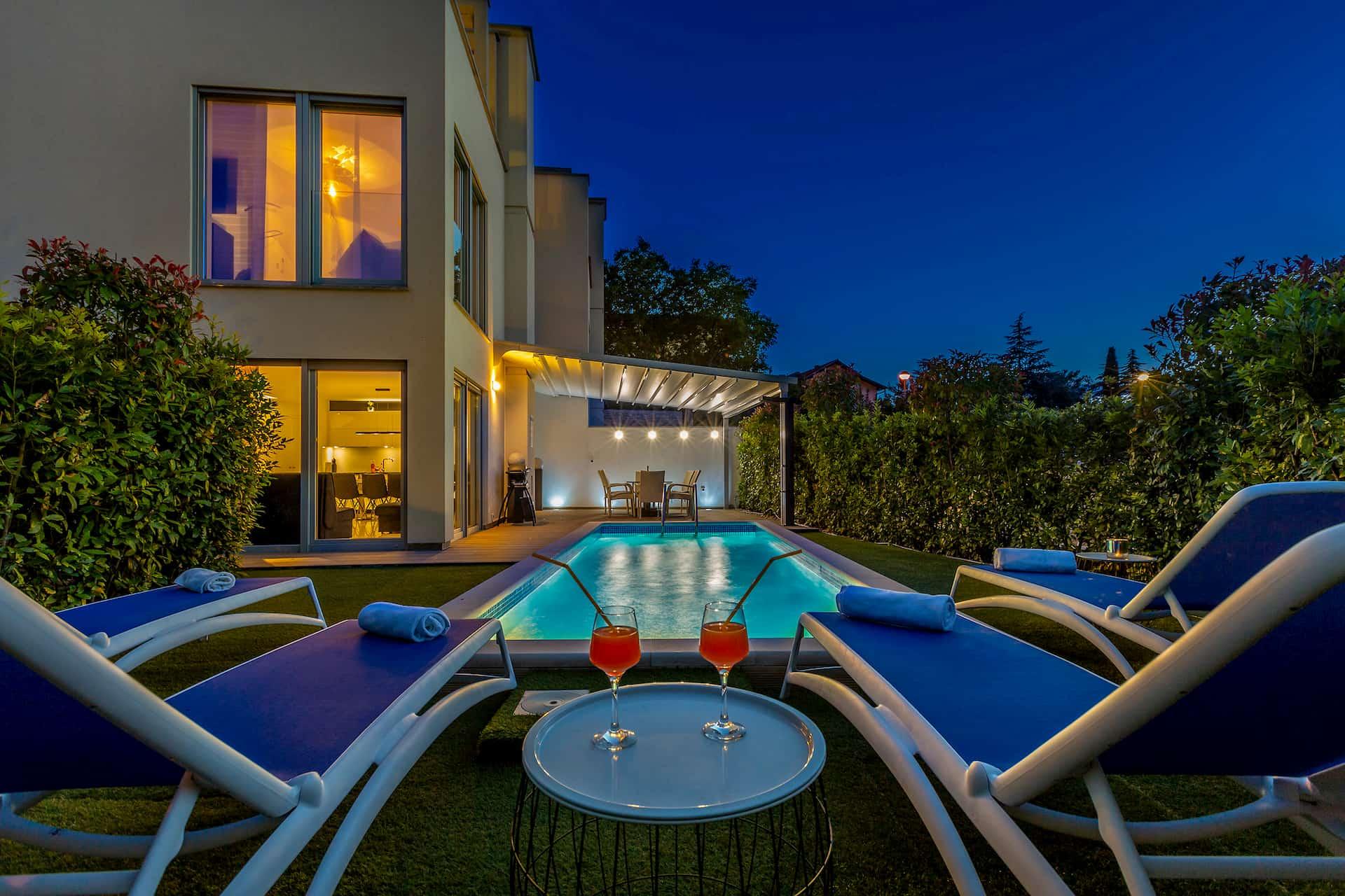Luxusvilla mit Pool in Strandnähe