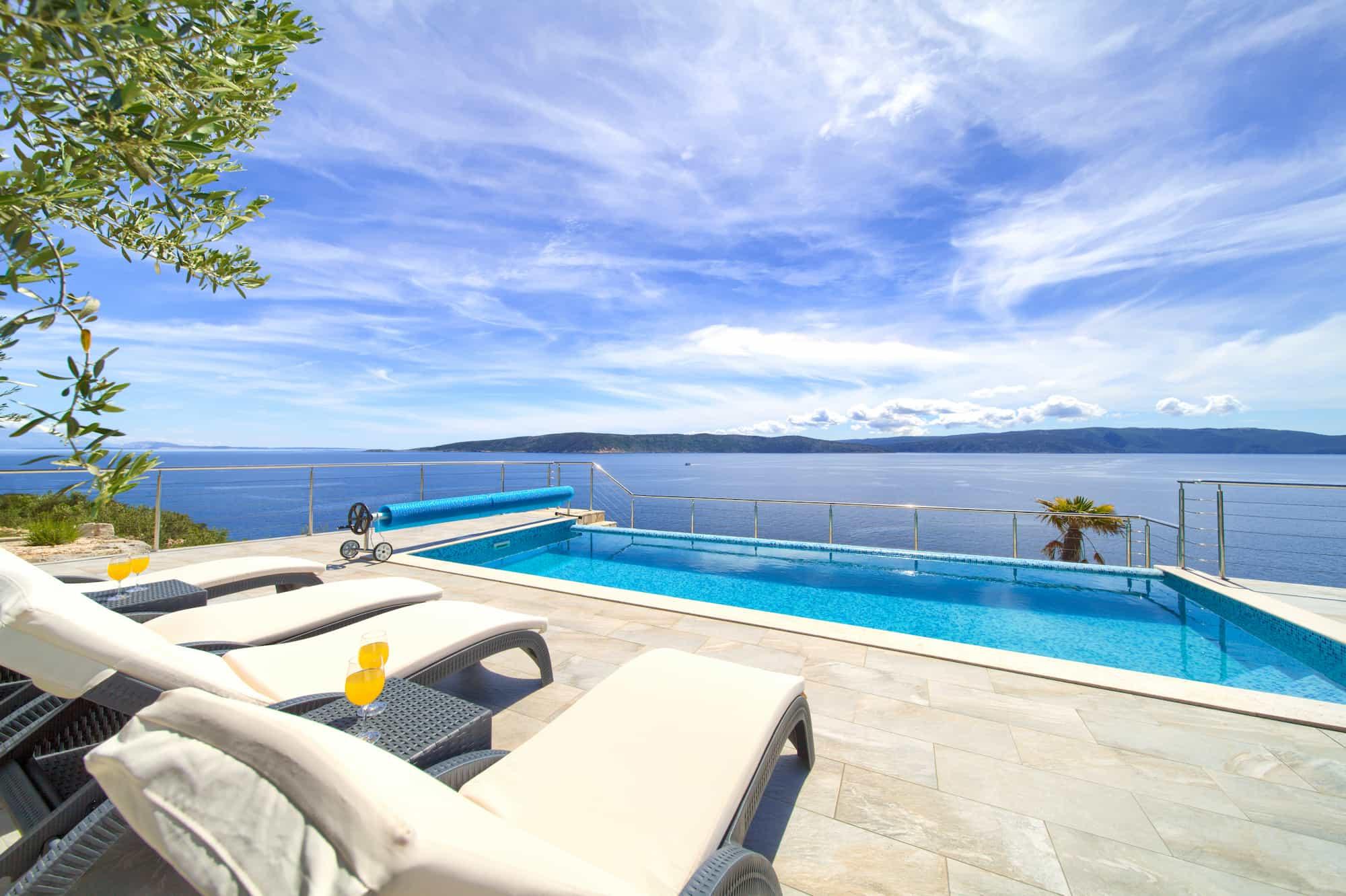 Villa mit Pool, 70 Meter vom Meer entfernt, Meerblick