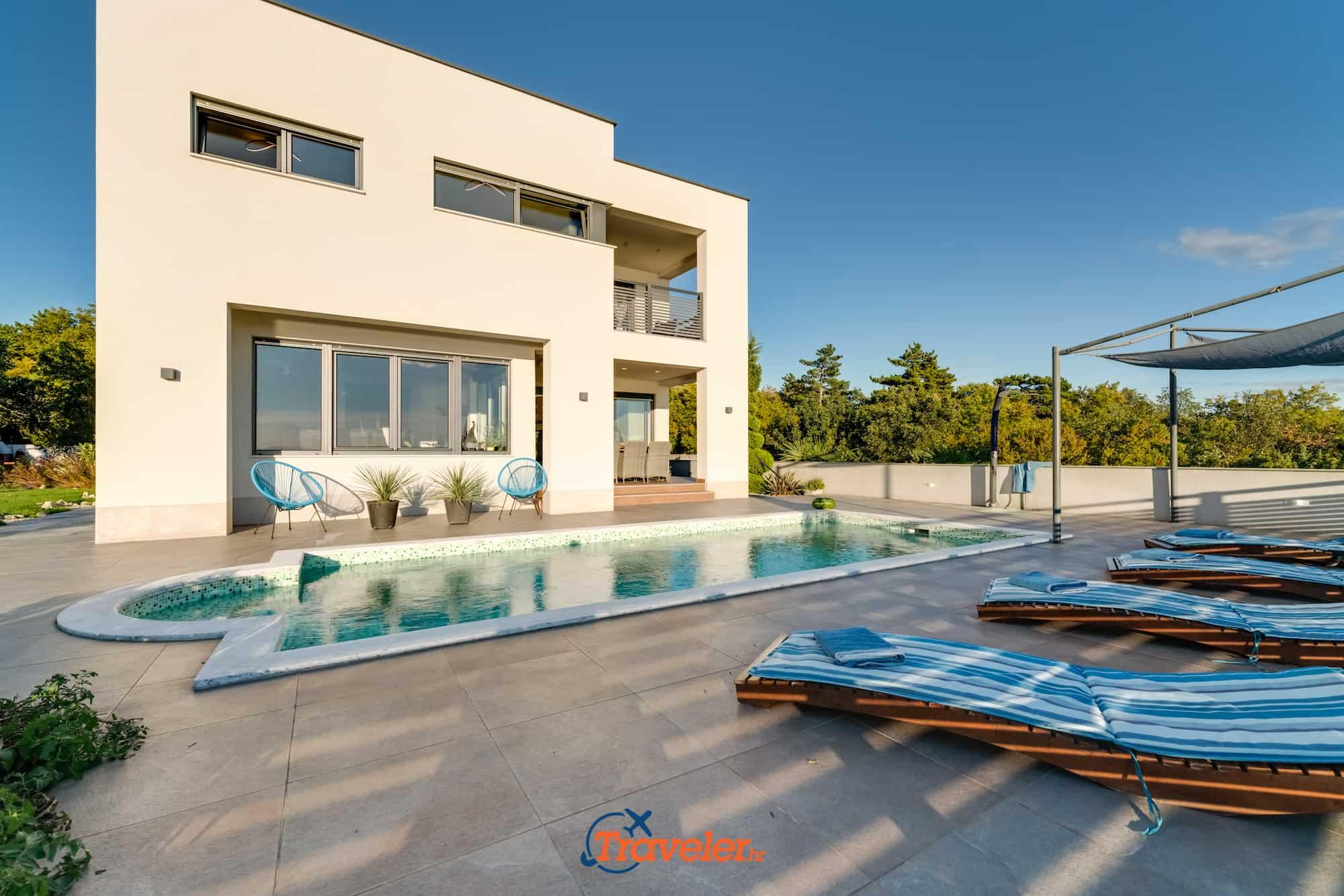 Villa mit Pool in Strandnähe, grandiosem Meerblick