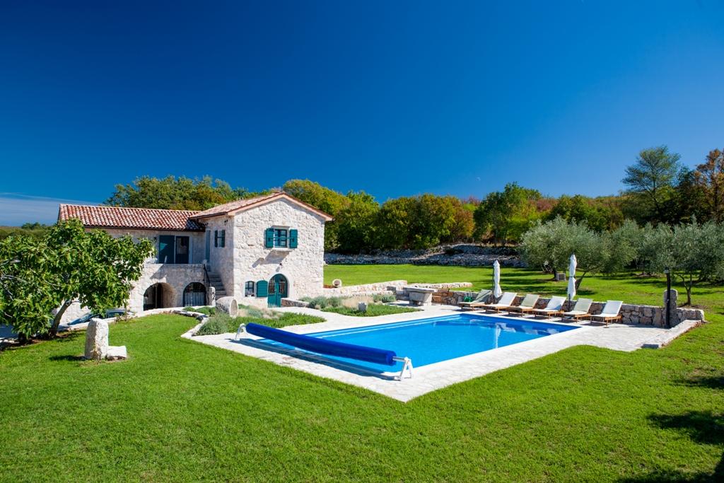 Kamena vila s bazenom, velikim dvorištem i  pogledom na more