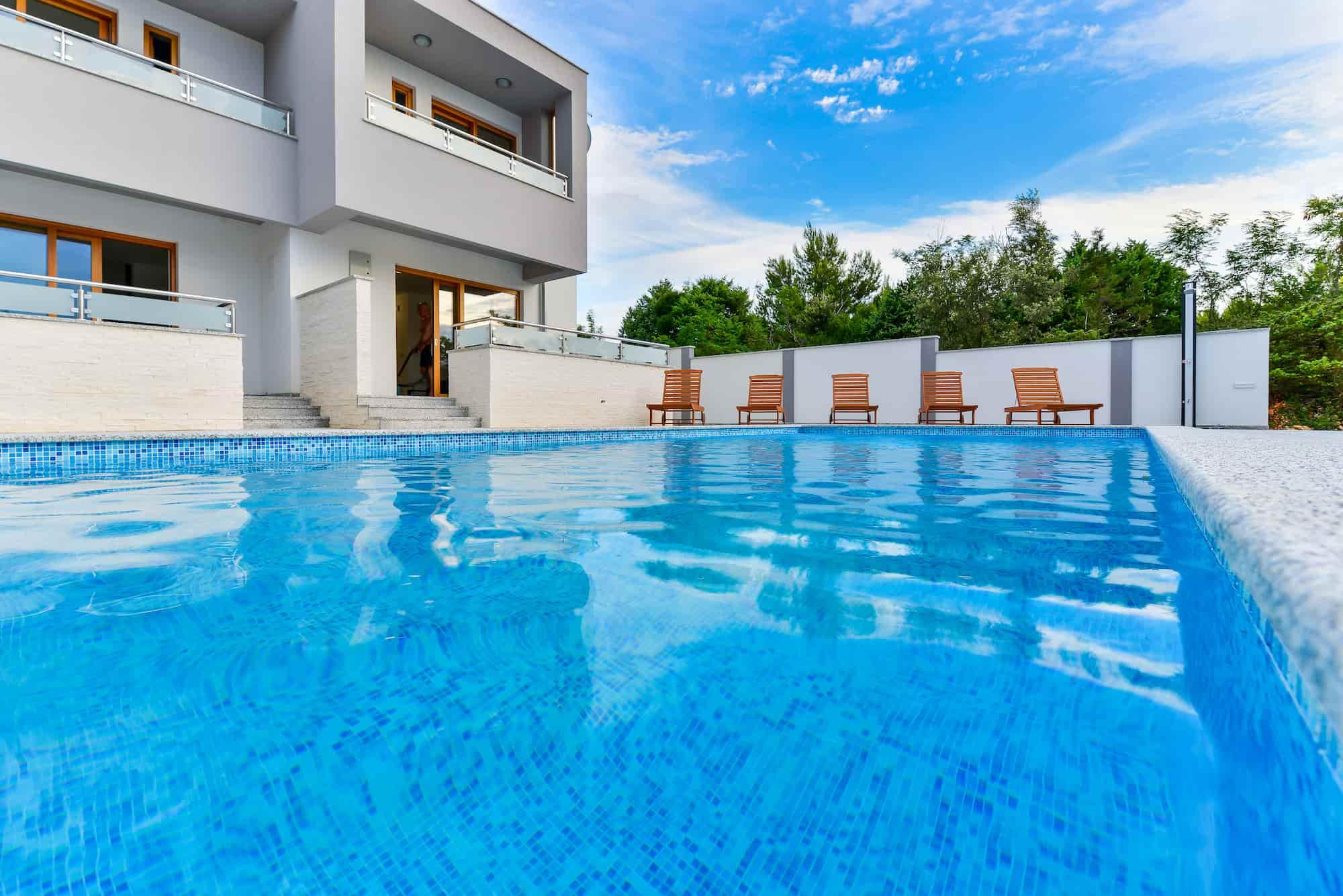 Vila s bazenom, krovnom terasom, 50 m od plaže