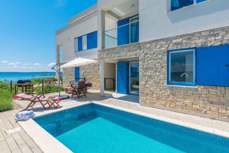 TRAV 37 - Moderna vila s bazenom, kraj pješčane plaže