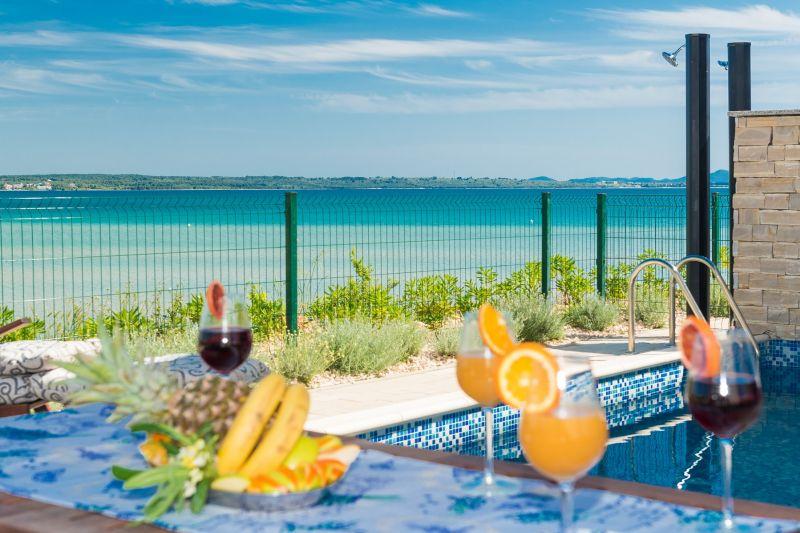 TRAV 31 - Moderna vila s bazenom, na 5m od mora i pješčane plaže