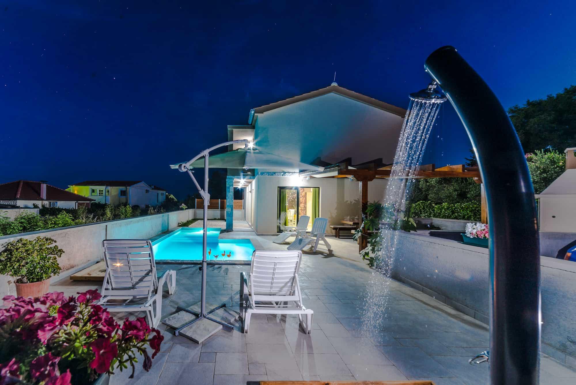 Moderna vila s bazenom, blizina pješčane plaže, pogled na more