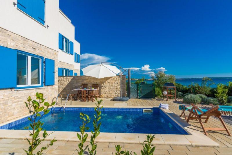 TRAV 43 - Moderna vila s bazenom, na 5m od mora
