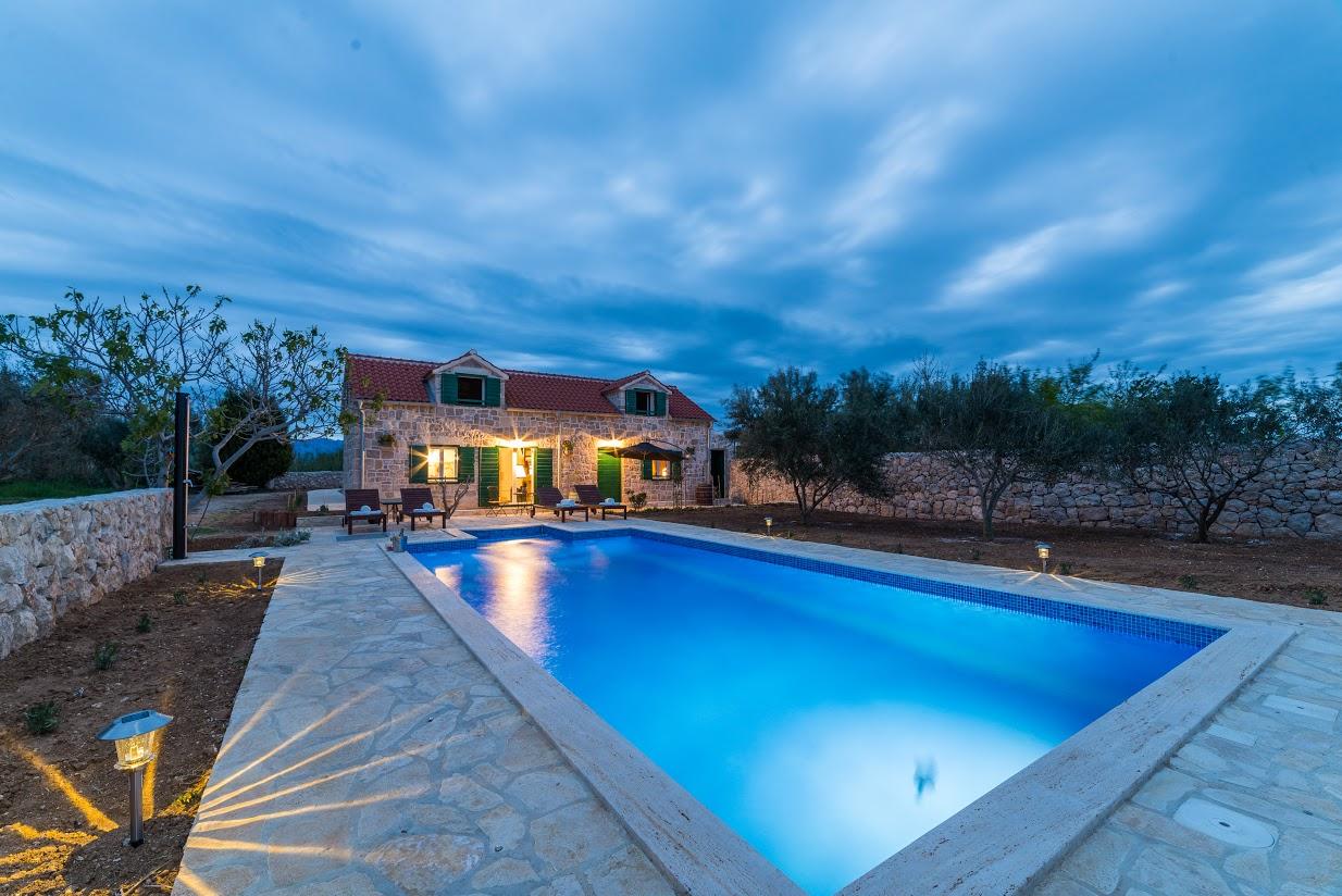 Mediteranska vila s bazenom, blizu pješčane plaže