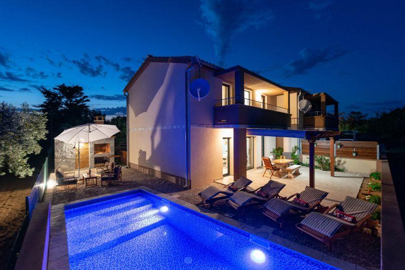 Nova vila s bazenom, 150 metara od prekrasne pješčane plaže