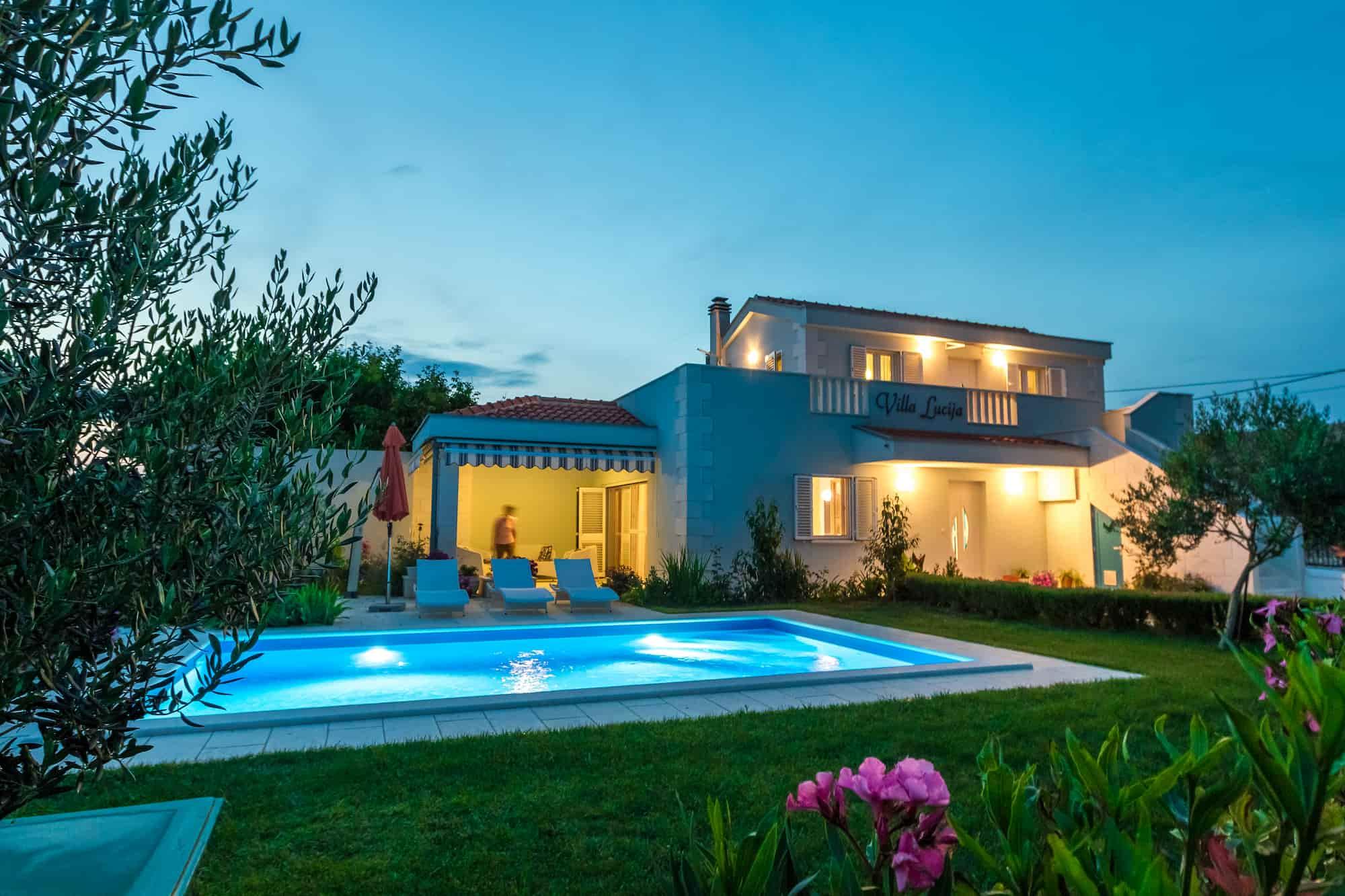 Vila s bazenom i prekrasnim vrtom, 800 metara od plaže