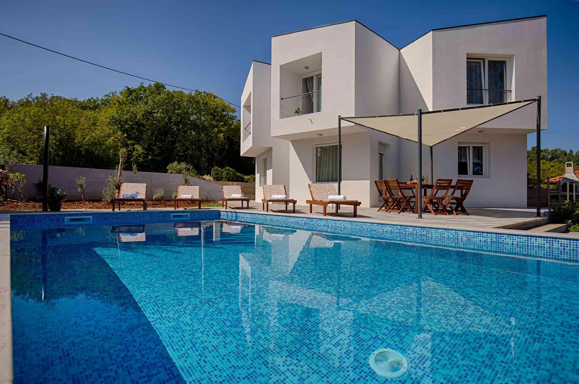 Villa mit Pool und Jacuzzi, luxuriös eingerichtet, Spielplatz