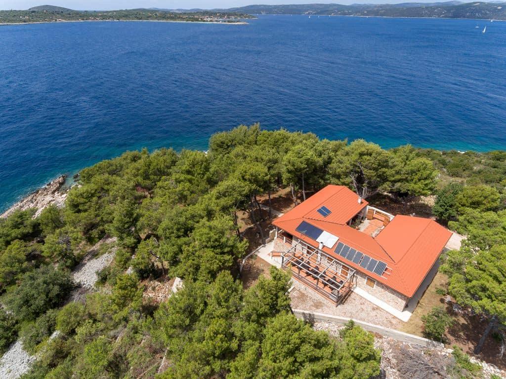 Luksuzna vila okružena borovom šumom, 30 metara od plaže