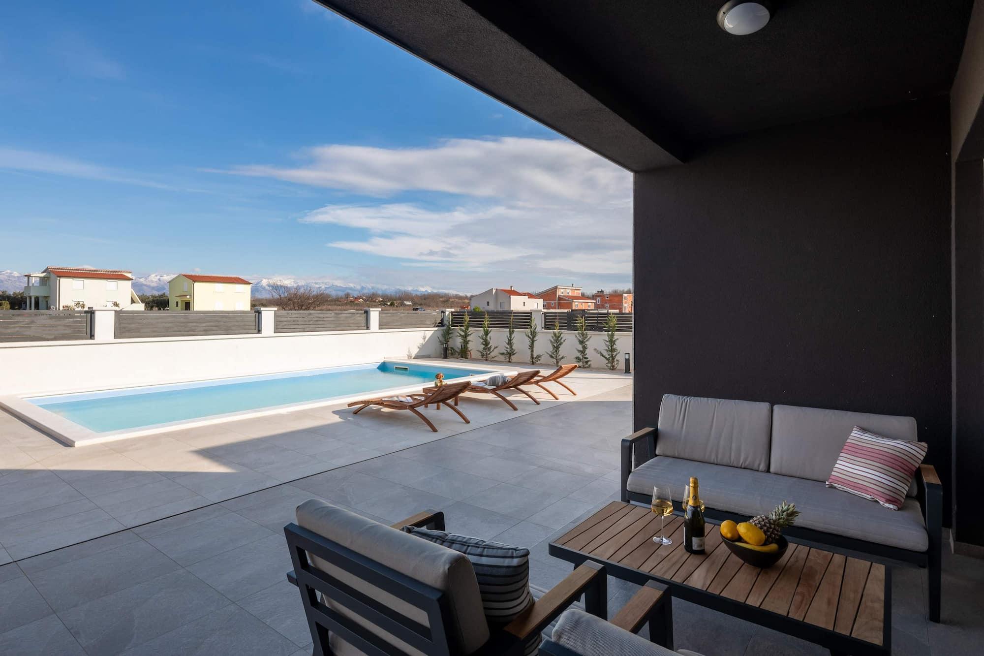 Vila za odmor s bazenom u Hrvatskoj, terasa s vrtnim namještajem, bazenom i ležaljkama