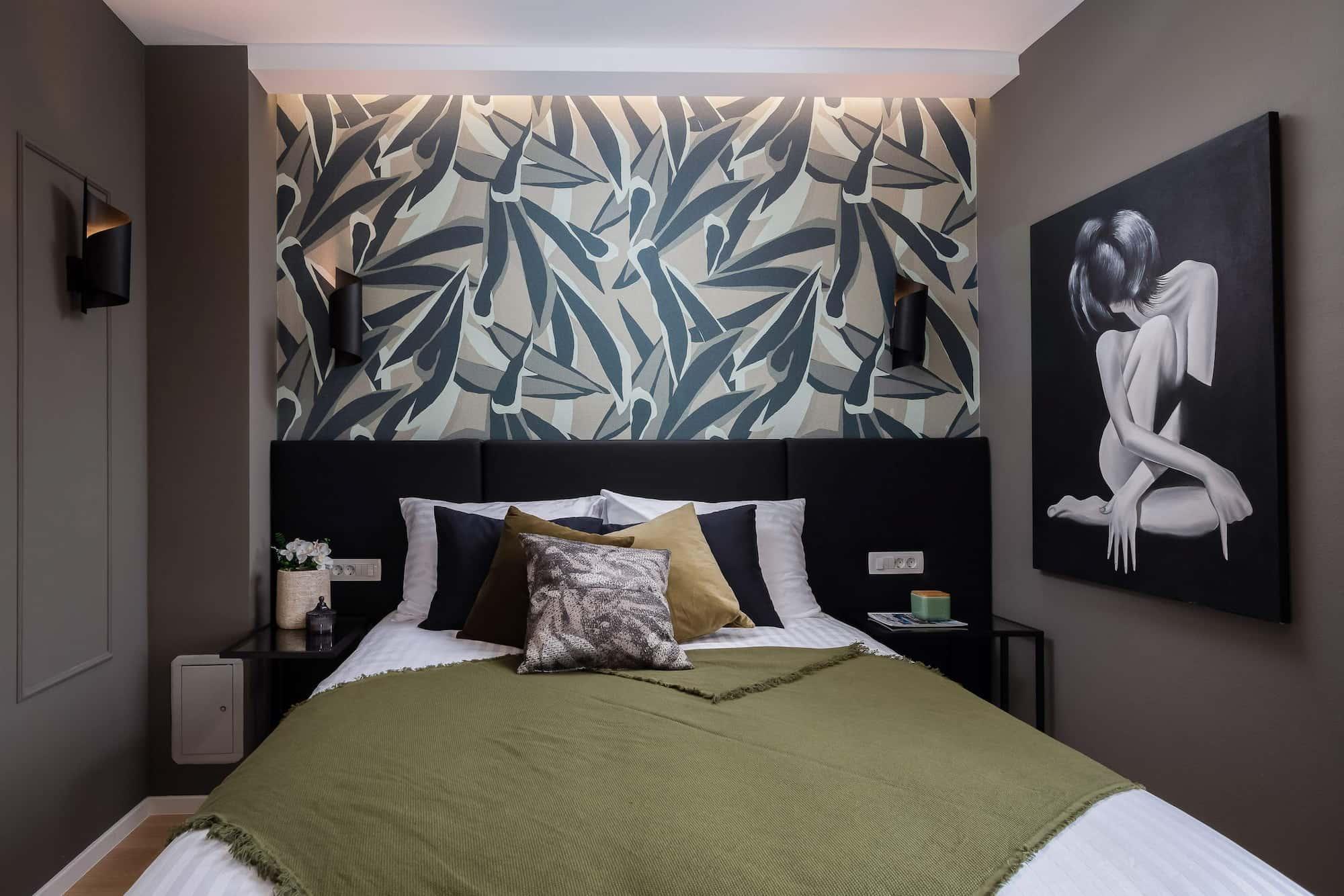 Vila za odmor s bazenom u Hrvatskoj, spavaća soba s crnim kervetom i šarenom tapetom na zidu