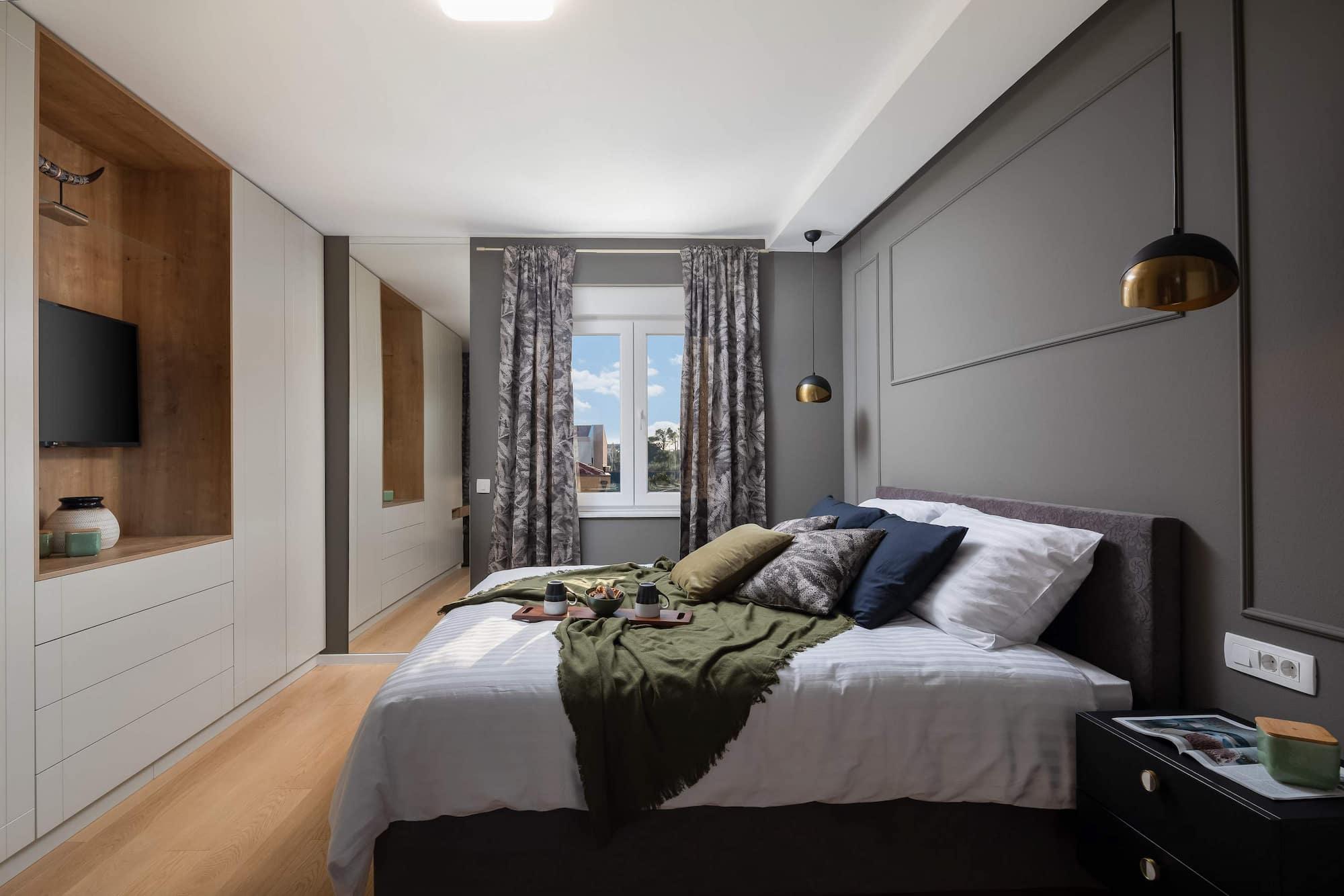 Vila za odmor s bazenom u Hrvatskoj, spavaća soba s krevetom, bijelim ormarom i sivim zidom