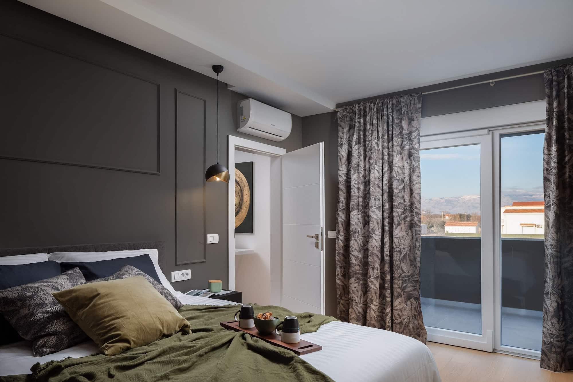 Vila za odmor s bazenom u Hrvatskoj, spavaća soba s krevetom i prozorom