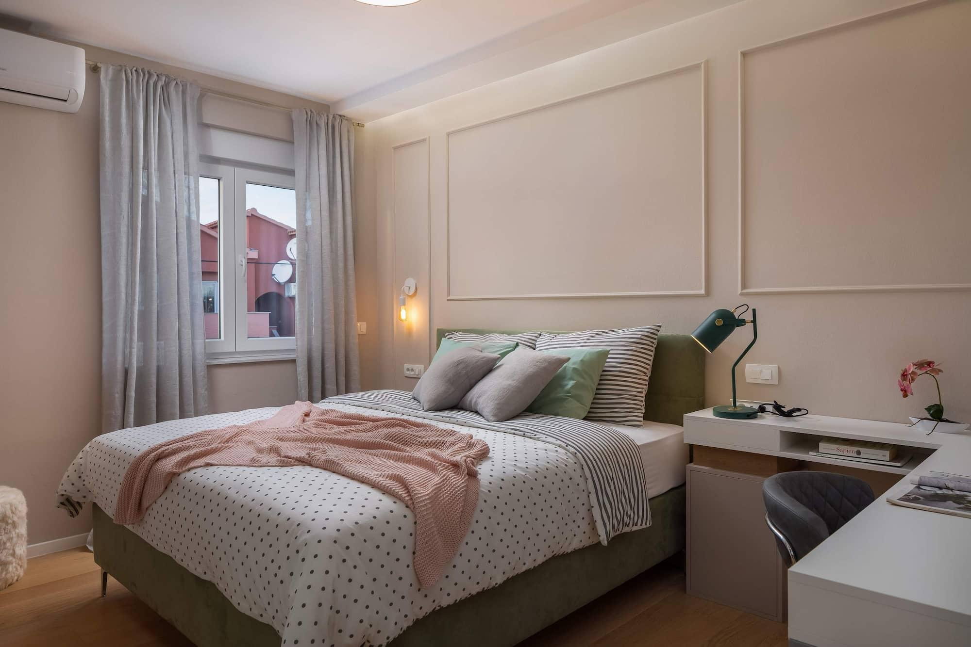 Vila za odmor s bazenom u Hrvatskoj, spavaća soba s posteljinom i radnim stolom