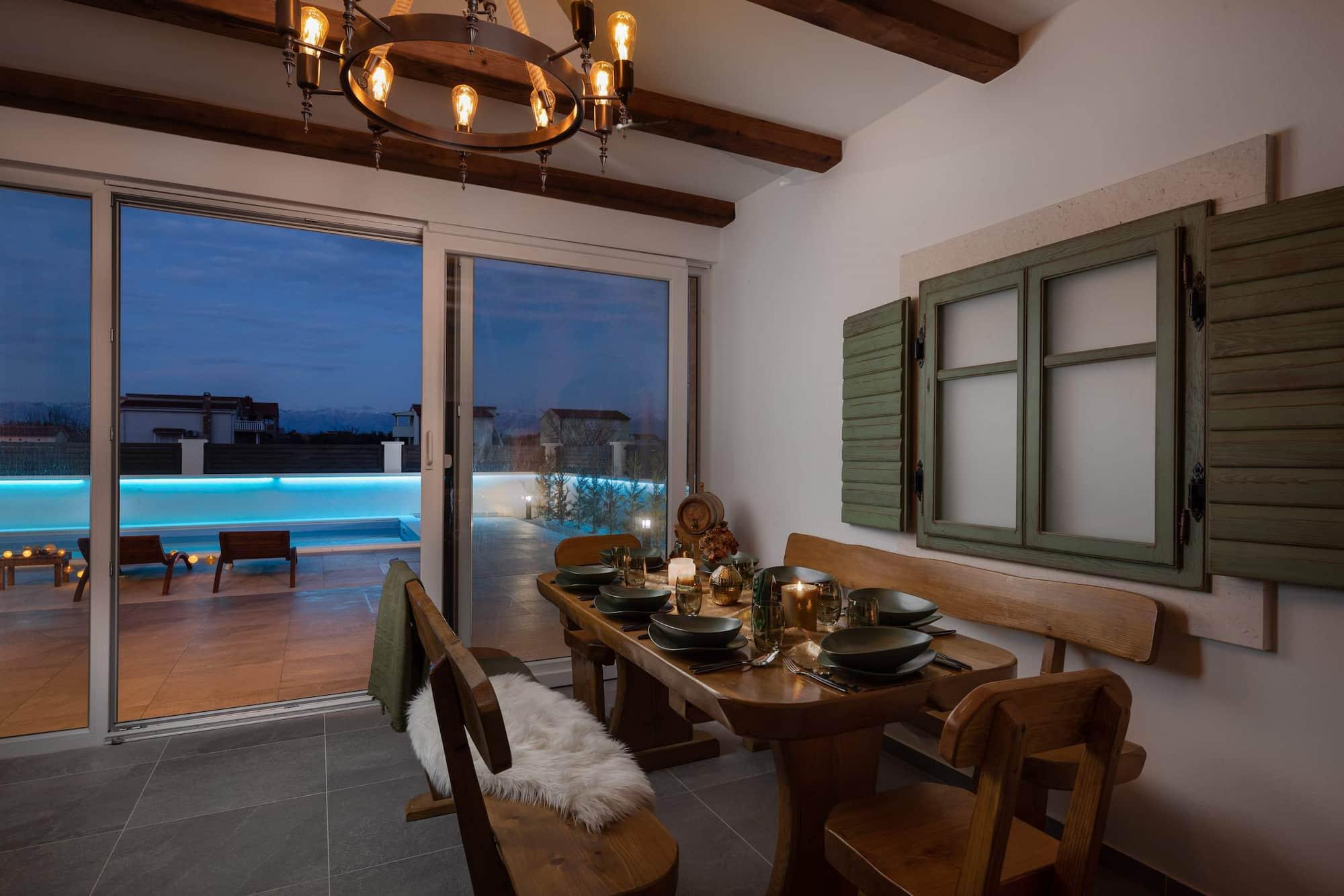 Vila za odmor s bazenom u Hrvatskoj, zatvorena terasa sa stolom za blagovanje i pogledom na bazen
