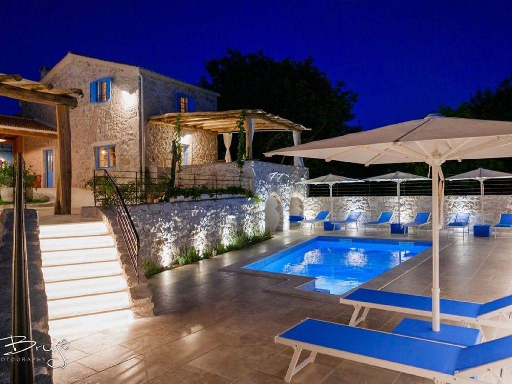 Steinvilla mit  Pool, großem Garten, Sauna und Grill